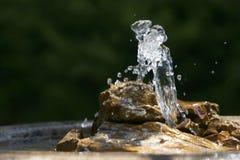 Fontaine et plan rapproché de roche image libre de droits