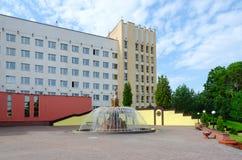 Fontaine et sculpture près d'université médicale d'état de Vitebsk, Images stock