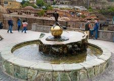 Fontaine et vieux bains de soufre à Tbilisi, la Géorgie Photo libre de droits