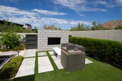 Fontaine extérieure de jardin de maison de luxe de manoir images stock