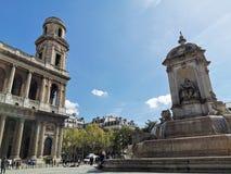 Fontaine Heiliges-Sulpice und Ã-‰ glise Heilig--Sulpicekirche, Paris lizenzfreie stockfotos