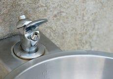 Fontaine humide d'eau potable Photo libre de droits