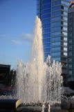 Fontaine illuminée par le soleil Images stock