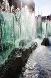 Fontaine illuminée par lumière du soleil Photographie stock libre de droits