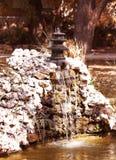Fontaine japonaise avec la tour de pagoda Photographie stock libre de droits