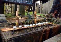 Fontaine japonaise traditionnelle de purification dans le tombeau photo libre de droits