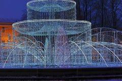 Fontaine légère devant le bâtiment d'Amirauté la nuit dans le St image libre de droits