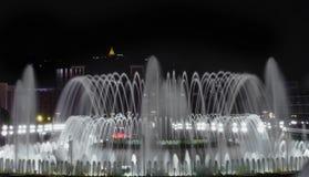 Fontaine la nuit photo libre de droits