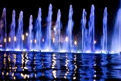 Fontaine la nuit Photos stock