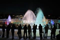 Fontaine la nuit Photographie stock libre de droits