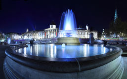 Fontaine la nuit dans Trafalgar Squ de Londres Photos stock