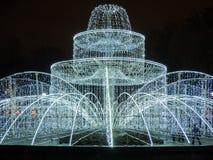 Fontaine lumineuse décorée des guirlandes et des lumières de Noël, éléments de décoration la nuit St Petersburg, Russie Images stock