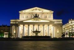 fontaine lumineuse et grand théâtre de Moscou au nig Photos stock