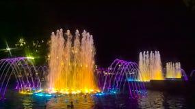 Fontaine magique dans la ville photos stock