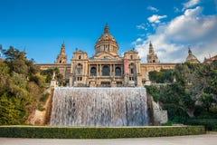 Fontaine magique de Montjuic et du Museu Nacional de art de Catalunya image libre de droits