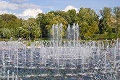 Fontaine moderne dans l'étang Photographie stock