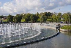 Fontaine moderne dans l'étang Images stock