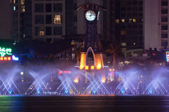 Fontaine musicale la nuit en Chine Photo stock