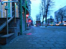 Fontaine orange dans la ville sur la rue le soir photos libres de droits