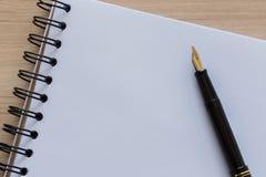 Fontaine Pen Placed sur un carnet vide Photographie stock libre de droits
