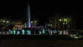 Fontaine pendant la nuit Photo stock