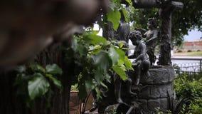 Fontaine Plan rapproché de vintage de statue de jardin Ange de sommeil au cimetière de Recoleta de La à Buenos Aires Sculpture en Photographie stock
