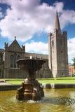 Fontaine près de cathédrale de St.Patrick image libre de droits
