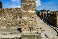 Fontaine publique dans les rues de Pompeii photo stock
