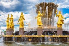 Fontaine publique de l'amitié de la vue de personnes à l'exposition de parc de ville de VDNH, au ciel bleu et aux nuages à Moscou Photographie stock