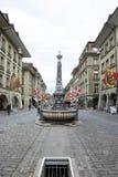 Fontaine publique sur le milieu de la rue à la vieille ville Berne photographie stock libre de droits