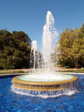 Fontaine pulvérisant vers le haut avec le regroupement de l'eau Photos libres de droits