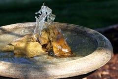 Fontaine, roches, et bassin paisibles Image libre de droits