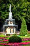 Fontaine romaine dans Pertergof Photo stock