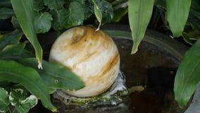 Fontaine ronde de roche Photo stock