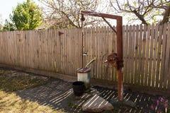 Fontaine rustique dans un jardin Photographie stock