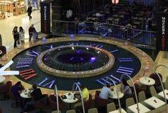 Fontaine sous forme d'horloges dans le complexe Evropeisky d'achats et de divertissement Image libre de droits