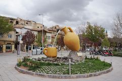 Fontaine sous forme de cruche et de tasse au remblai de rivière de Kizilirmak Avanos, Turquie photo libre de droits