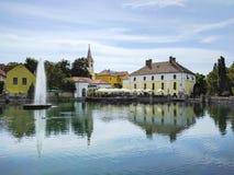 Fontaine sur l'étang de moulin dans Tapolca, Hongrie Photos stock