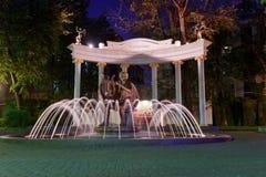 Fontaine sur la place à côté du théâtre scolaire d'état de Mossovet la nuit moscou Russie Image stock