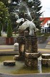 Fontaine sur la place dans Zahony hungary images stock