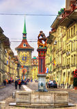 Fontaine sur la rue de Kramgasse dans la vieille ville de Berne Photos stock