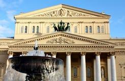 Fontaine sur le fond du palais Photographie stock libre de droits