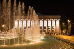 Fontaine sur le remblai dans la ville de Bakou Musée de la République Images stock