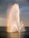 Fontaine sur un fleuve, arc-en-ciel Photos libres de droits