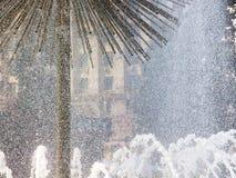 Fontaine sur une place de ville, gouttes de l'eau du fortan_ photos stock