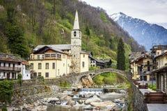 Fontainemore alpien dorp op de Lys-rivier in een bos in de vallei van Gressoney dichtbij Monte Rosa tijdens de lente Aosta, Itali stock foto's