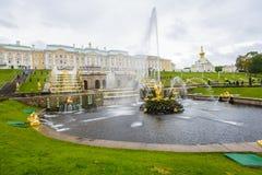 Fontaines antiques dans Peterhof Images stock