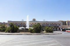 Fontaines décoratives et la station de train de Bari photographie stock