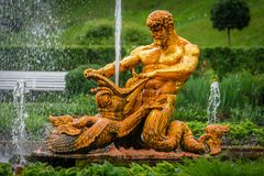 Fontaines d'andother de fontaine de Samson et de Lion dans Peterhof photos stock