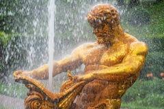 Fontaines d'andother de fontaine de Samson et de Lion dans Peterhof photo stock